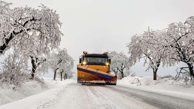 Schneepflug in Winterlandschaft