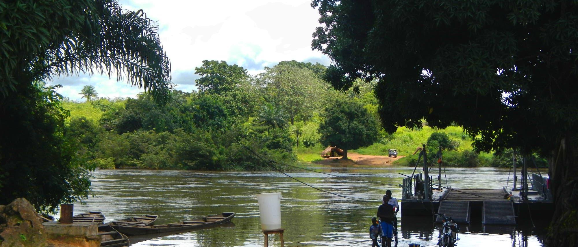 Der Ebolaausbruch von 2014 führte vor Augen, wie schnell Epidemien politische und ökologische Barrieren überwinden können. Das Bild zeigt einen Grenzübergang zwischen Guinea, wo die Epidemie begann, und Sierra Leone, wohin sich ihr Schwerpunkt als Nächstes verlagerte.