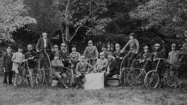 Stolz posieren die Klub-Mitglieder mit ihren Drahteseln - zwei von ihnen sind sogar noch am Hochrad unterwegs.