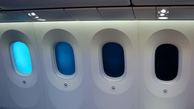 Elektrochrome Gläser, die sich stufenlos elektrisch abdunkeln oder aufhellen lassen, finden etwa bei Flugzeugfenstern kommerzielle Verwendung. Andere Einsatzgebiete sind Gebäudeverglasungen und selbstabblendende Autorückspiegel.