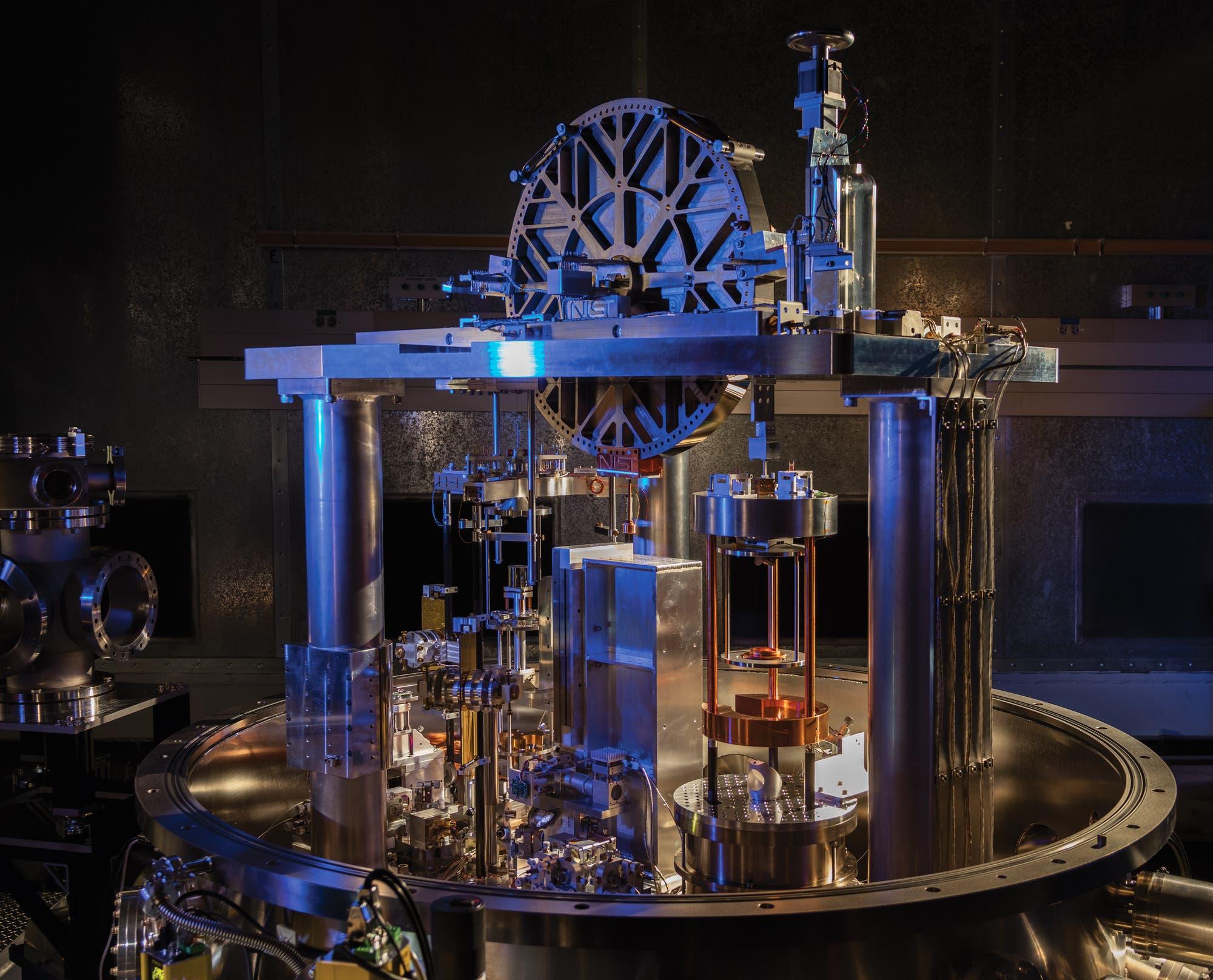 Die Wattwaage wird auch Kibble-Waage genannt und erlaubt den Vergleich elektrischer und mechanischer Kräfte