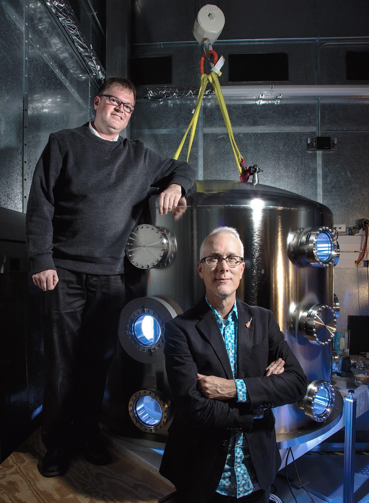 Die US-Metrologen Stephan Schlammiger und Jon Pratt vor einer Watt-Waage