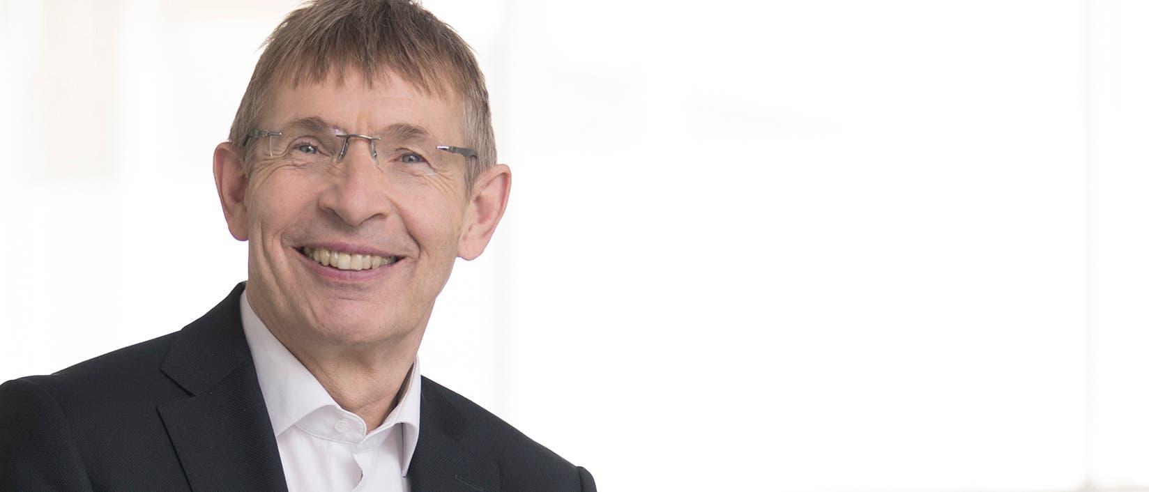 Klaus Cichutek ist Präsident des Paul-Ehrlich-Instituts und außerplanmäßiger Professor für Biochemie an der Johann Wolfgang Goethe-Universität in Frankfurt am Main. Er forscht über biomedizinische Arzneimittel, Gentherapie und Retrovirologie mit dem Schwerpunkt der HIV/SIV-Immunpathogenese und Aids.