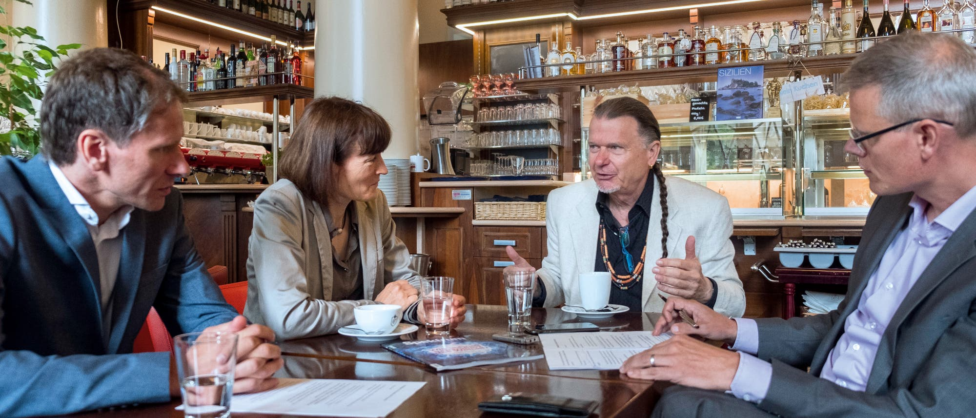 Die Spektrum-Redakteure Frank Schubert (ganz links) und Carsten Könneker (ganz rechts) im Gespräch mit Barbara Drossel und Volker Sommer.