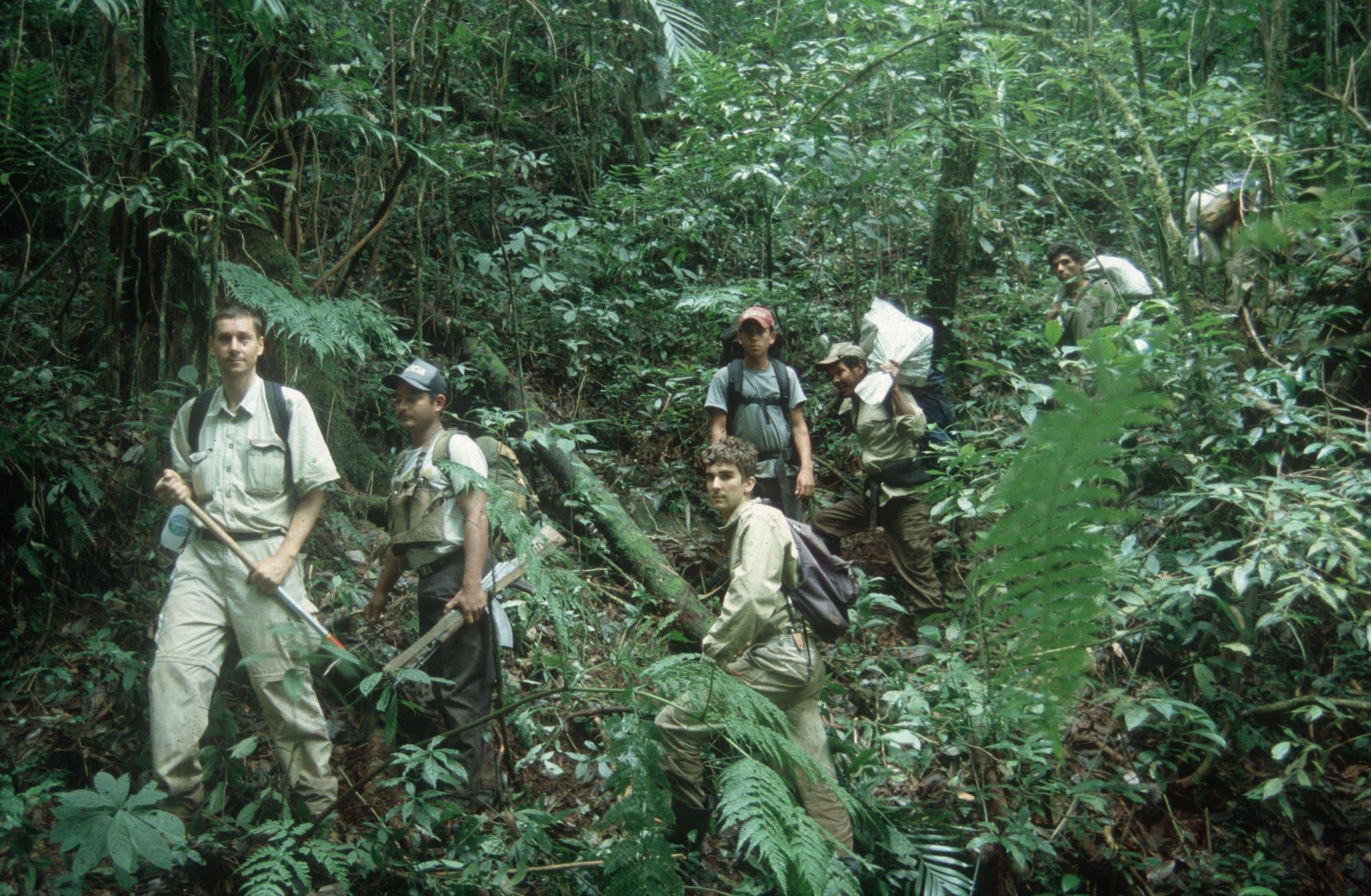 Im August 2002 war Gunther Köhler (links) mit seinem damaligen Studenten Ardiel Zebenzui (Dritter von links) auf einer zweiwöchigen Expedition im Bergregenwald des Cerro El Toro unterwegs.