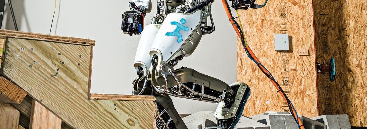 Ein Roboter steigt eine Stiege hinauf