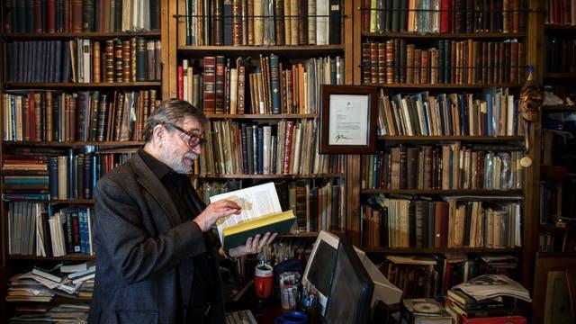 Judea Pearl in seiner Bibliothek