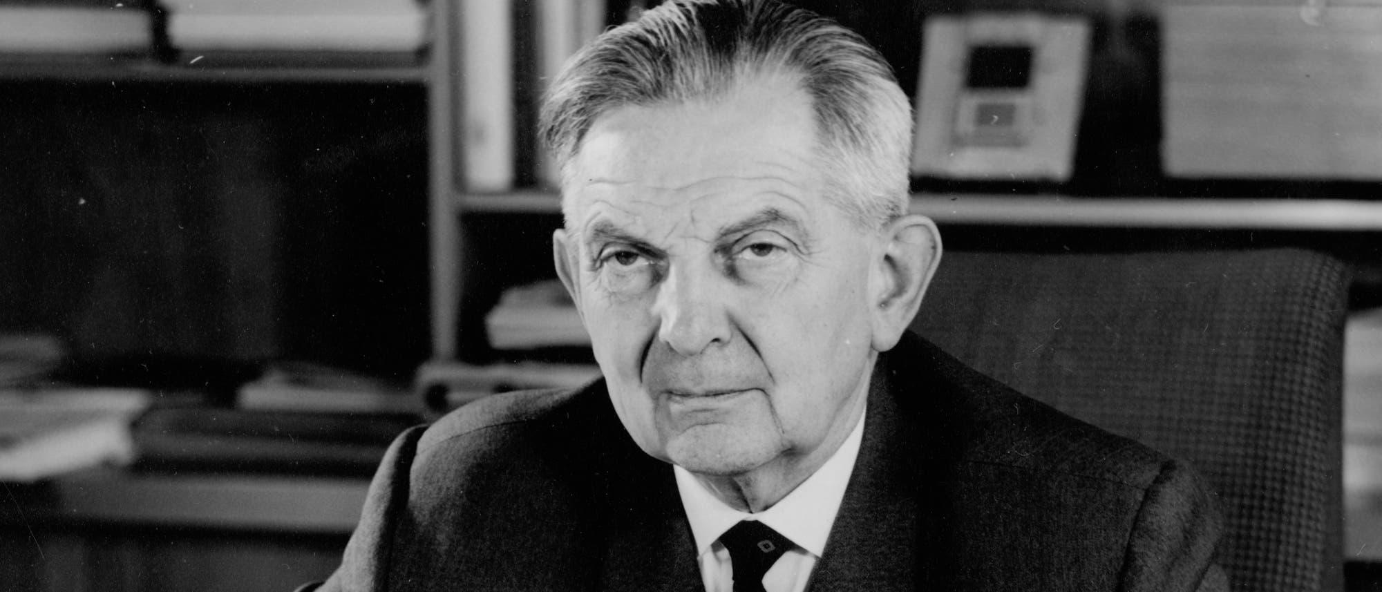 Auch nach seiner Emeritierung blieb Thiessen weiter an seinem Institut in Berlin-Adlershof tätig (hier ein Bild von 1968).