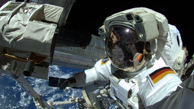 Alexander Gerst macht ein Selfie beim Außeneinsatz auf der ISS