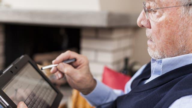 Mann mit Tablet