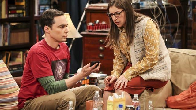 Jim Parsons als Sheldon Cooper und Mayim Bialik als Amy Farrah Fowler aus der TV-Serie The Big Bang Theory.