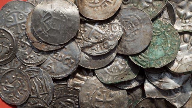 Frühe dänische Silbermünzen aus einem Hortfund auf Rügen