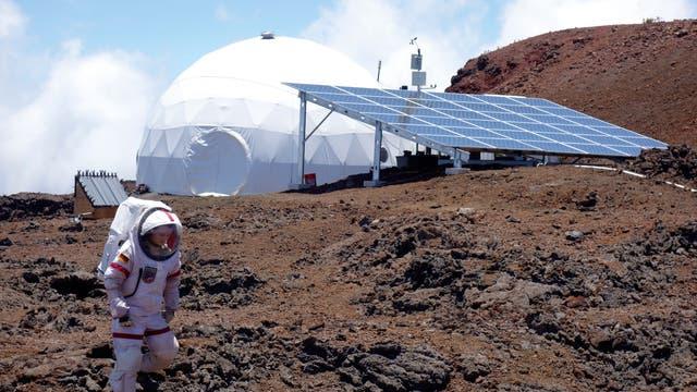 Außerhalb der kuppelförmigen Station durften sich die Forscher nur in Raumanzügen bewegen. Hier ist Christiane Heinicke bei einer ihrer Erkundungstouren zu sehen.