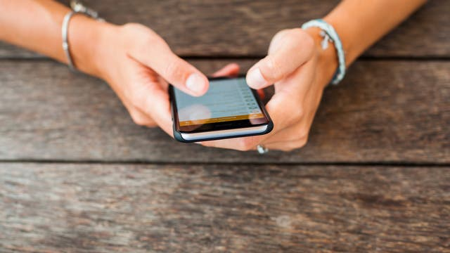 Teenager am Smartphone