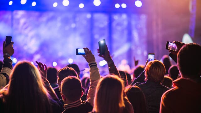 Nervtötend - wenn bei einem Konzert Zuschauer den Auftritt mit ihrem eigenen Handy mitfilmen wollen