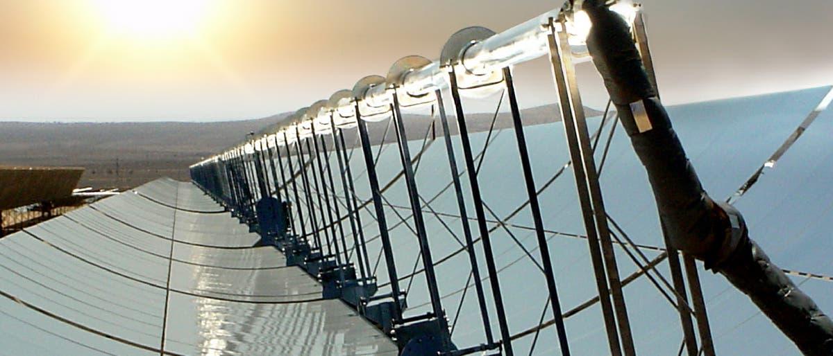 Parabolrinnenkraftwerk bei Sonnenuntergang