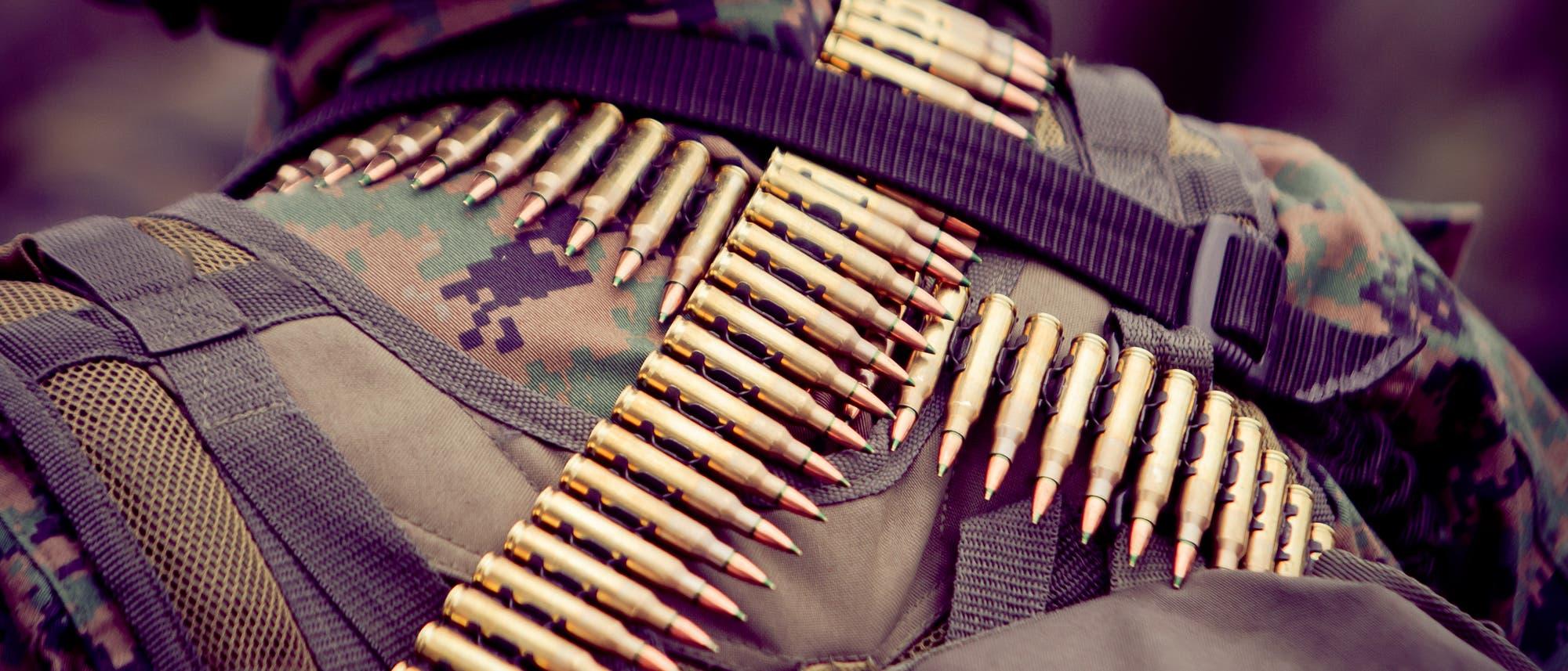 Soldat mit Patronengurt