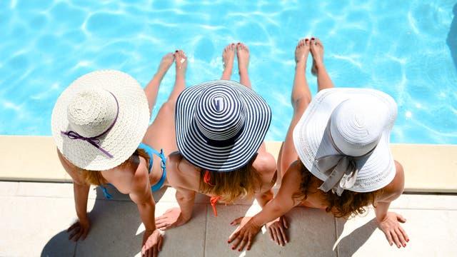 Damen beim Sonnenbad