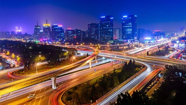 Stadtverkehr in Peking bei Nacht