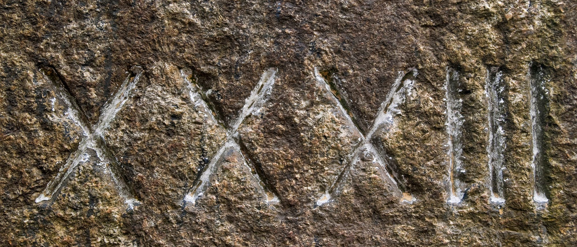 Steintafel mit römischen Zahlen