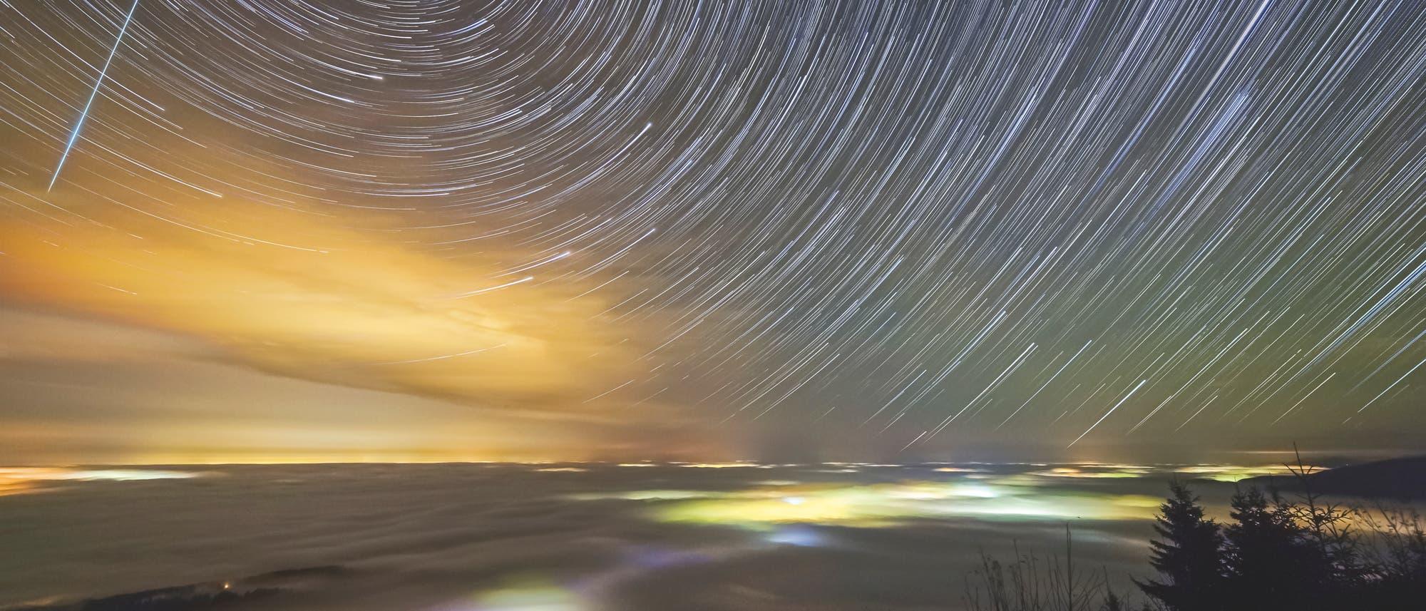 Sternstrichspuren-Aufnahme über Nebelmeer