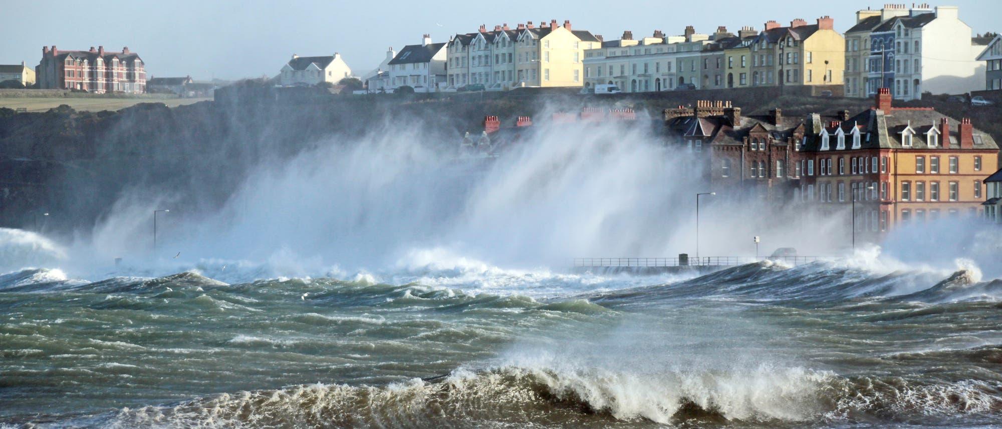 Sturmflut brandet an die Küste