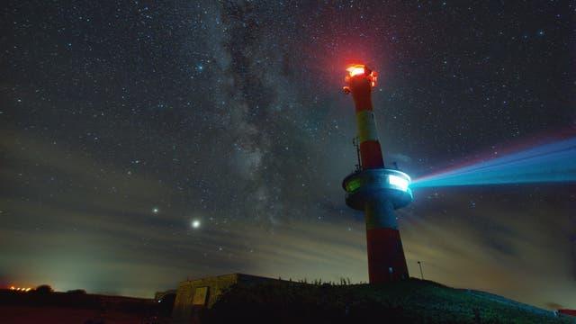 Um die Wette leuchten Jupiter, Saturn und der Leuchtturm von Wangerooge
