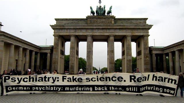 Antipsychiatrie-Aktivisten erinnerten am 2. Mai 2017  in Berlin an die systematische Ermordung von Patienten während des Nationalsozialismus – und beschuldigten heutige Psychiater, nach wie vor mit Zwang und Gewalt zu behandeln.