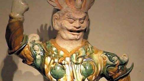 Krieger, vielfarbige Keramikfigur der Tang-Dynastie