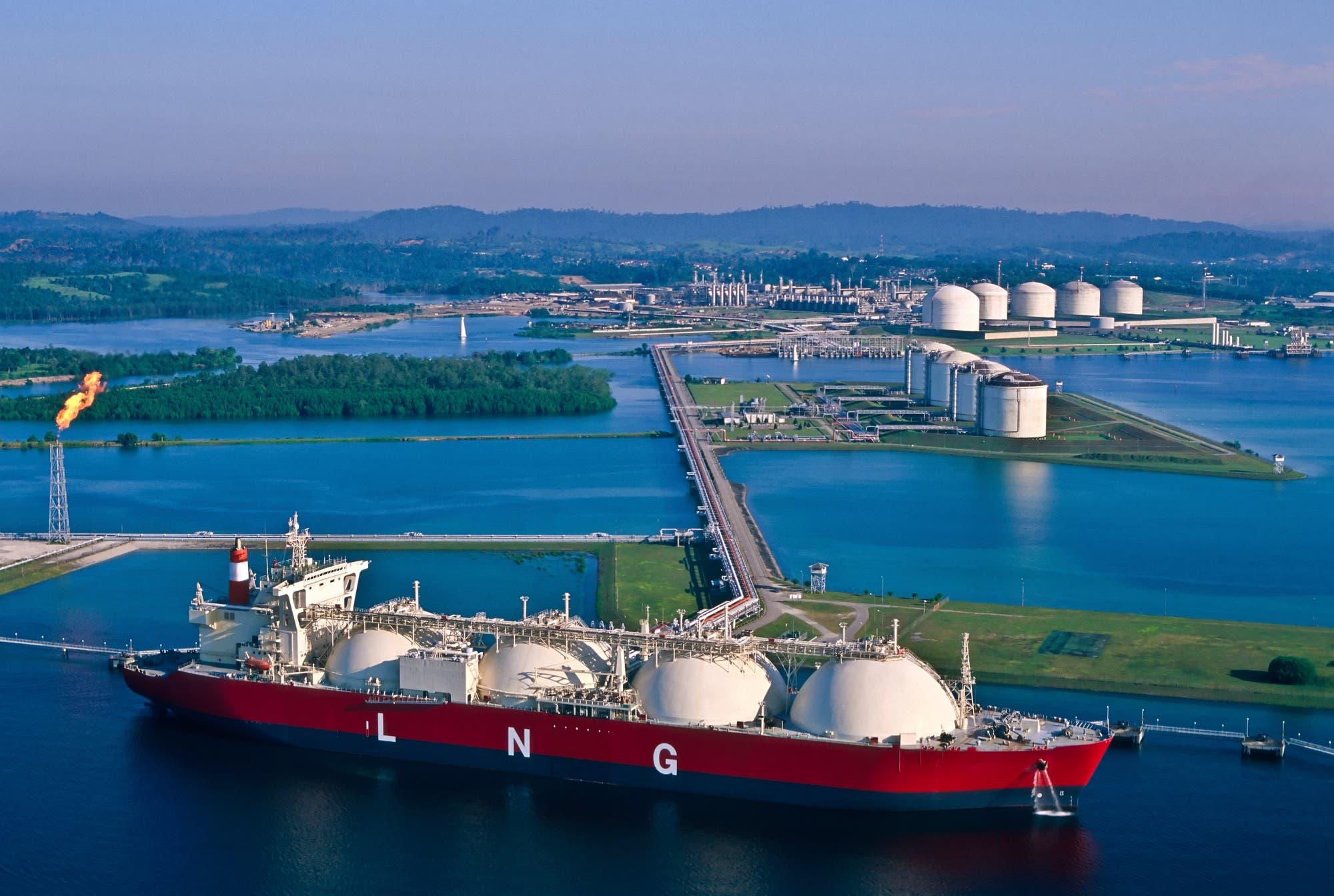 LNG-Tanker vor landbasierten Tanks