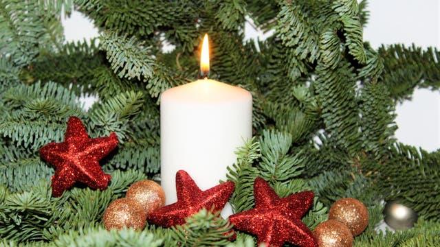 Tannenzweige, Tannenzapfen, Früchte im Weihnachtsgesteck