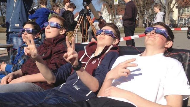 Schüler auf dem SoFi-Sofa beobachten eine Sonnenfinsternis