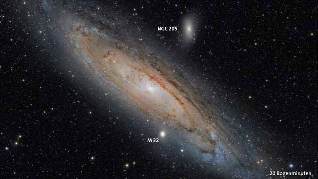 Der Andromedanebel mit seinen dunklen Staub- und rötlichen Wasserstoffwolken in den Spiralarmen