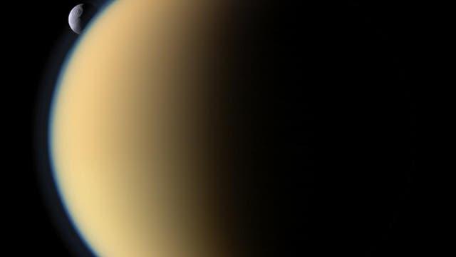 Saturnmond Titan mit Tethys