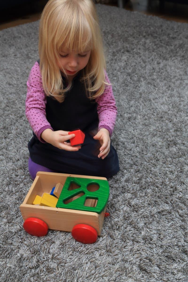 Kleines Mädchen spielt mit Klötzchen
