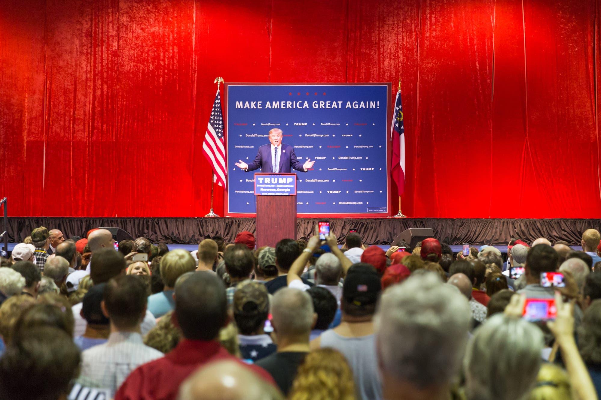 Präsident Trump hält eine Rede vor seinen Unterstützern.