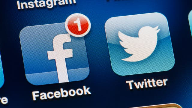 Twitter- und Facebook-Apps auf einem Smartphonebildschirm
