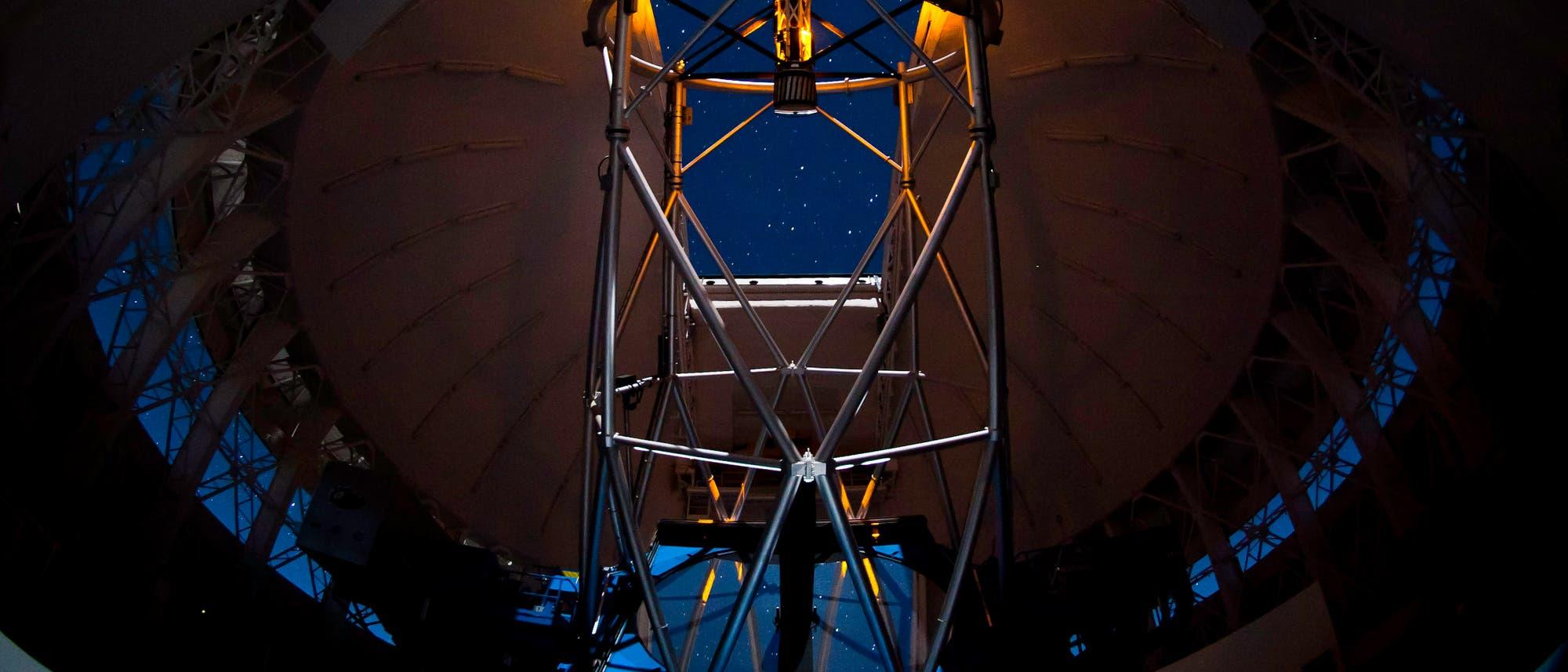 Das Acht-Meter-Teleskop Gemini South mit Laserleitstern