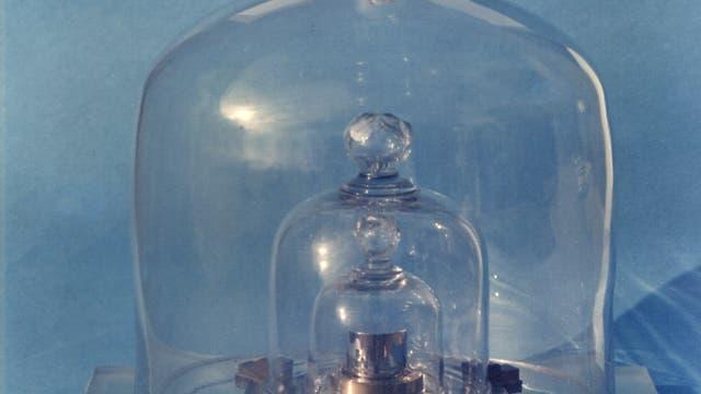 Das Urkilogramm, aufbewahrt unter drei Glasglocken, in Sèvres bei Paris.