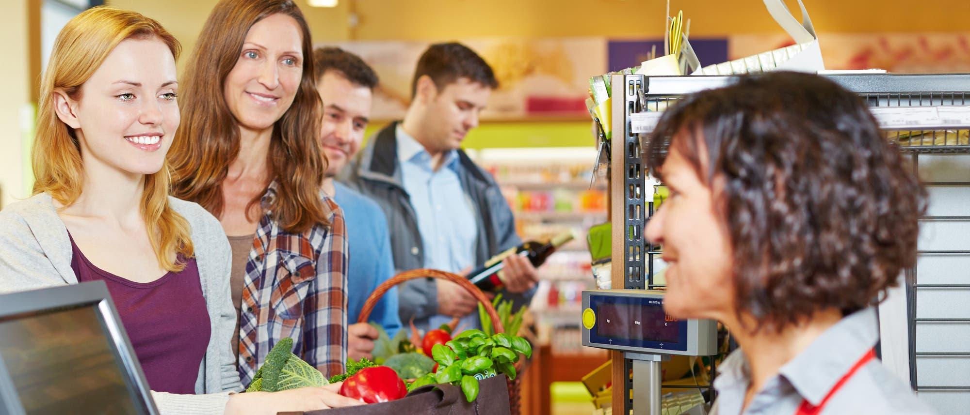 Schlange im Supermarkt