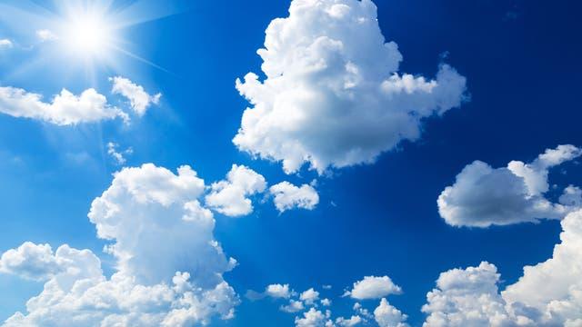 Schäfchenwolken an einem sonnigen Tag