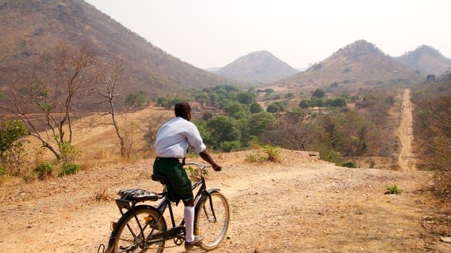 Mädchen mit dem Fahrrad auf Schulweg