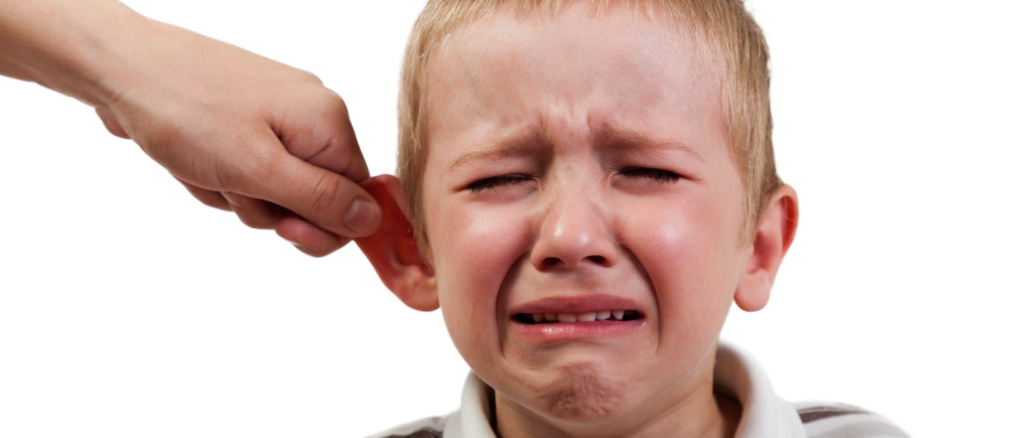 Ein Kind wird misshandelt (gestelltes Bild)