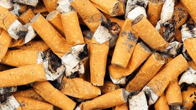 Die Reste von Zigaretten lassen sich nur schwer entsorgen.