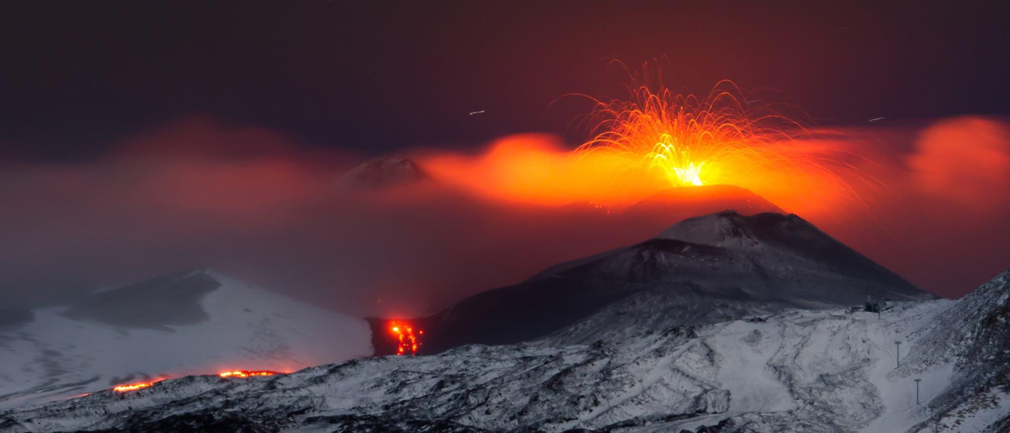 Der Ätna auf Sizilien spuckt Lava