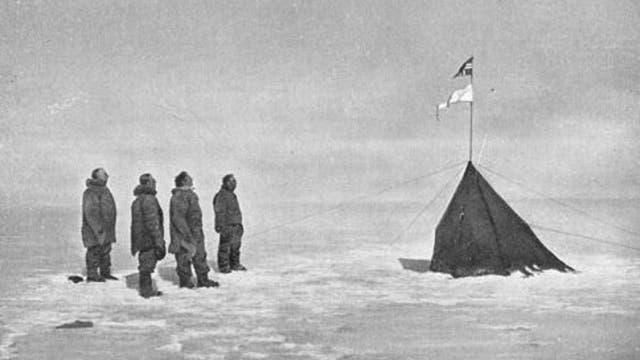 Roald Amundsen mit seinem Team am Südpol