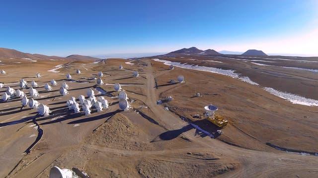 Das Chajnantor-Plateau mit den ALMA-Antennen (Übersichtsaufnahme)
