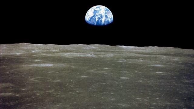 Die Erde, die über dem Mondhorizont aufsteigt, aufgenommen von Apollo 11.