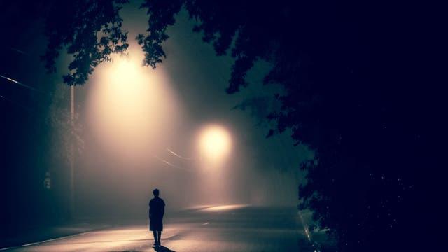 Eine Frau allein nachts auf der Straße