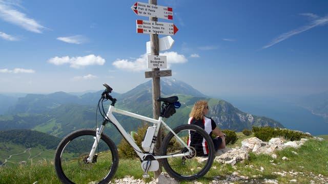 Ein E-Bike auf alpinen Wanderwegen mit Aussicht